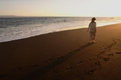 вдоль женщин пляжа гуляя Стоковая Фотография RF
