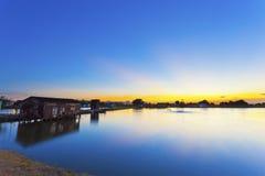 вдоль захода солнца пруда Стоковое Изображение RF