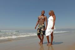 вдоль играть пар пляжа любя стоковая фотография rf
