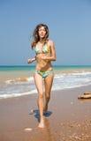 вдоль идущих детенышей женщины seashore Стоковое фото RF