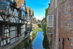 вдоль потока домов привлекательно старомодный стоковое изображение