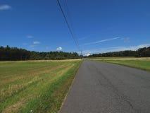 вдоль страны fields дорога Стоковые Фотографии RF