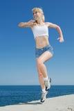 вдоль seashore девушки идущего Стоковое Фото