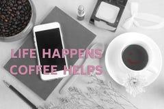 Вдохновляющая жизнь ` цитаты случается помощь кофе стоковые фото