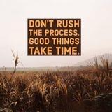 """Вдохновляющая мотивационная цитата """"не спешит процесс, хорошие вещи принимает время """"с горным видом стоковые изображения rf"""