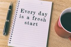 Вдохновляющая цитата на блокноте - каждый день новый старт Стоковое Фото