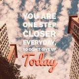 Вдохновляющее мотивационное ` цитаты вы одно ежедневное шага более близкое, поэтому наденьте ` t дайте вверх сегодня ` Стоковые Фото