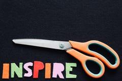 Вдохновляющее сообщение в войлоке с ножницами стоковые изображения