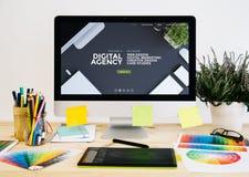 вебсайт агенства настольного компьютера канцелярских принадлежностей цифровой стоковая фотография