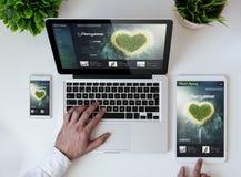 вебсайт дизайна медового месяца перемещения столешницы офиса отзывчивый Стоковые Фотографии RF