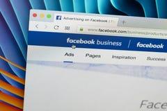 Вебсайт домашней страницы дела Facebook на экране монитора Яблока iMac Facebook самая популярная социальная сеть в мире Стоковые Изображения