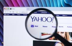 Вебсайт домашней страницы Yahoo на экране монитора iMac под лупой Yahoo многонациональная корпорация интернета с поиском Стоковые Изображения RF