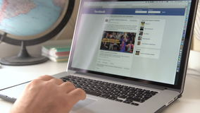Вебсайт интернета Facebook на дисплее Яблока Macbook сток-видео