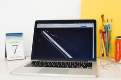 Вебсайт компьютеров Эпл showcasing деталь iPhone 7 добавочного Стоковое Изображение