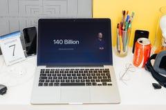 Вебсайт компьютеров Эпл showcasing 140 миллиардов Apps загрузил Стоковые Изображения RF