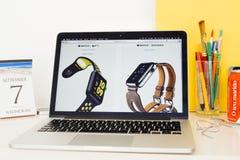 Вебсайт компьютеров Эпл showcasing Найк и Hermes вахты Яблока Стоковая Фотография RF