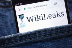 Вебсайт WikiLeaks показанный на смартфоне спрятанном в кармане джинсов стоковое изображение rf