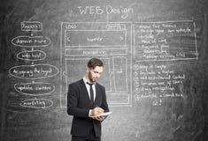 Веб-разработчик около классн классного Стоковые Изображения