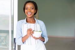Вегетарианец есть салат стоковая фотография