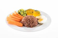 Вегетарианская еда, содержит грубый рис, яичко, морковь, тыкву и Стоковые Изображения