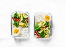 Вегетарианская коробка для завтрака - потушенные овощи, рис и вареное яйцо на светлой предпосылке, взгляд сверху стоковые фото