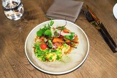 Вегетарианская плита с горохом, морковью, batata и редиской стоковое фото