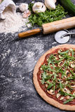 Вегетарианская vegetable пицца с arugula на деревенской предпосылке, взгляд сверху, космосе экземпляра Стоковая Фотография RF