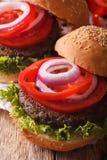 Вегетарианские бургеры черной фасоли от макроса вертикально Стоковые Фотографии RF