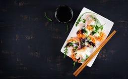 Вегетарианские въетнамские блинчики с начинкой с пряными креветками, креветками, морковью, огурцом стоковая фотография