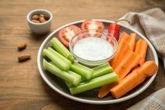 Вегетарианские здоровые закуски, vegetable закуска: моркови, сельдерей, Tom Стоковое Изображение RF