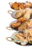 Вегетарианские индийские еда или стартеры на металлических пластинах включая samosa Стоковое Изображение RF