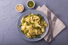 Вегетарианские макаронные изделия pappardelle с зеленой фасолью, pesto, гайками сосны Стоковое фото RF