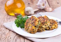 Вегетарианские пирожки или бургер сделанные с нутами Стоковые Фотографии RF