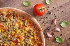 Вегетарианские пицца и ингридиенты с специями на деревенской деревянной предпосылке, фаст-фуде Стоковые Фотографии RF