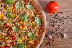 Вегетарианские пицца и ингридиенты с специями на деревенской деревянной предпосылке, фаст-фуде Стоковые Изображения