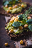 Вегетарианские сандвичи на нерезкости деревянной стойки частично Стоковые Изображения