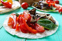 Вегетарианские тако с баклажаном, томаты вишни, сладостные перцы на яркой деревянной предпосылке Стоковое Изображение RF