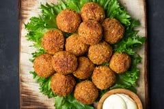 Вегетарианские шарики falafel нутов на деревянной деревенской доске стоковые изображения