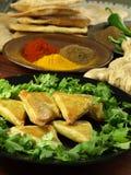 Вегетарианские samosas с специями Стоковая Фотография