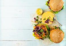 Вегетарианский бургер сделал из свежих плюшек сезама и сырцовой предпосылки овоща и молодых ростков голубой светлой Плоский план стоковые изображения