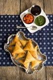 Вегетарианский индеец Samosas с окуная соусами Стоковые Изображения