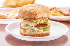 Вегетарианский конец-вверх бургера на белой плите Стоковое фото RF
