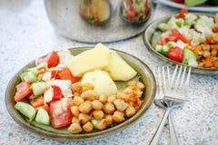 Вегетарианский обед с картошкой и салатом Стоковая Фотография