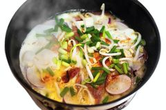 Вегетарианский омлет при яичко и овощ, изолированные на белизне стоковое фото