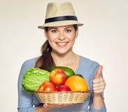 Вегетарианский портрет образа жизни молодой женщины нося современную шляпу Стоковое фото RF