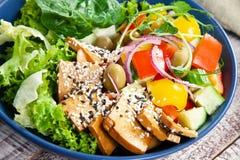 Вегетарианский салат зеленого гороха с microgreen и овощи на деревянной белой предпосылке стоковая фотография