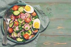 Вегетарианский салат свежих овощей на деревенской зеленой предпосылке Взгляд сверху, космос для текста Стоковая Фотография RF