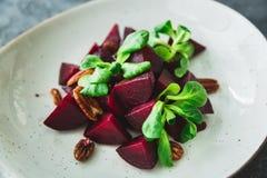 Вегетарианский салат сделанный свеклы крупного плана eyedroppers высокий разрешения взгляд очень Естественная еда диеты Стоковая Фотография RF
