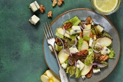 Вегетарианский салат с голубым сыром, яблоками и грецкими орехами стоковые фото