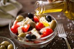 Вегетарианский салат с свежими овощами, фета и зелеными оливками po стоковое изображение